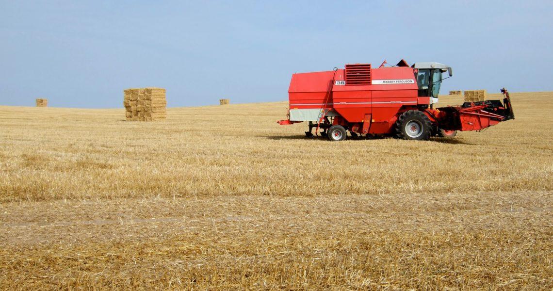 Szukasz maszyn rolniczych do swojego gospodarstwa? Przeczytaj ten artykuł!